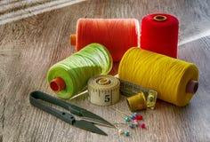 Tesouras, linha, pinos, agulhas Foto no estilo velho da imagem Imagem de Stock Royalty Free