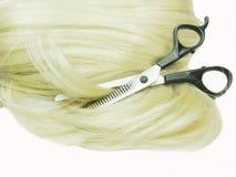 Tesouras no cabelo louro Foto de Stock Royalty Free