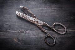 Tesouras oxidadas do vintage na placa de madeira Imagem de Stock