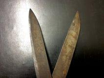 Tesouras oxidadas no fundo preto fotografia de stock