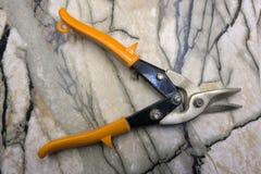 Tesouras para cortar o metal no branco fotografia de stock royalty free