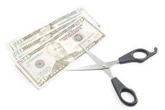 Tesouras que cortam contas de dinheiro do dólar, conceito do dinheiro das economias Imagens de Stock Royalty Free