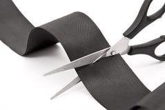 Tesouras que cortam a fita preta Fotografia de Stock