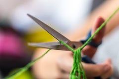 Tesouras que cortam a linha Foto de Stock