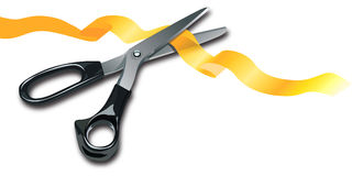 Tesouras que cortam a listra amarela Fotografia de Stock