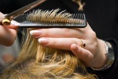 Tesouras que cortam o cabelo Fotografia de Stock