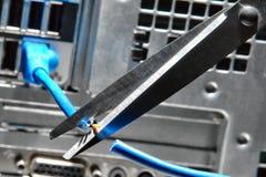 Tesouras que cortam um cabo da rede Ethernet do computador imagem de stock royalty free