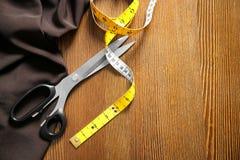 Tesouras, tela e fita de medição para costurar imagem de stock