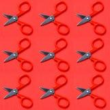 Tesouras vermelhas no fundo vermelho no estilo do pop art Fotos de Stock