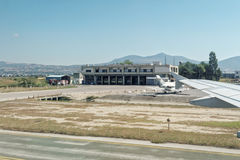 Tessalónica, Grécia - 15 de agosto de 2016: Viaturas de incêndio na estação do aeroporto de Macedônia Fotos de Stock