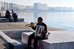Tessalónica, Grécia - 28 de dezembro de 2015: Músico da rua na frente marítima de Tessalónica, Grécia foto de stock