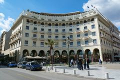 TESSALÓNICA, GRÉCIA - 29 DE MAIO DE 2017: Fachada de Electra Palace Hotel construída no quadrado de cidade principal de Aristotel Fotografia de Stock Royalty Free