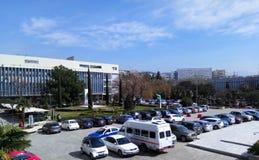 Tessalónica, Grécia - 5 de março de 2019: Terreno da universidade de Aristotle, vista Scienc econômico/político das construções p fotos de stock