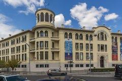 TESSALÓNICA, GRÉCIA - 30 DE SETEMBRO DE 2017: Rua e construção típicas na cidade de Tessalónica, Macedônia central, Grécia foto de stock royalty free