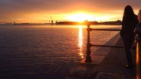Tessalónica - Grécia Uma menina está olhando no por do sol no porto da cidade Foto de Stock Royalty Free