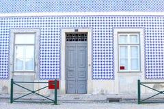 Tessere bianche blu della casa della facciata, Lisbona, Portogallo Fotografia Stock