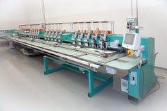 Tessile: Macchina industriale del ricamo Fotografie Stock