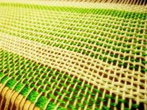 Tessitura del tessuto nel processo Intreccio dei fili Fotografia Stock