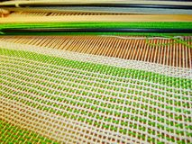 Tessitura del tessuto nel processo Intreccio dei fili Immagine Stock