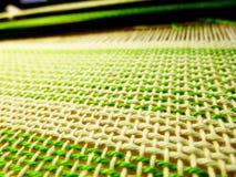 Tessitura del tessuto nel processo Intreccio dei fili Fotografia Stock Libera da Diritti
