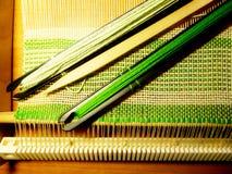 Tessitura del tessuto nel processo Intreccio dei fili Immagine Stock Libera da Diritti