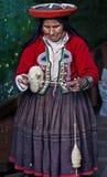 Tessitura peruviana della donna Immagini Stock Libere da Diritti