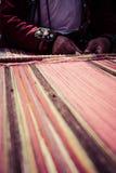 Tessitura tradizionale nelle montagne delle Ande, Perù della mano Fotografie Stock Libere da Diritti