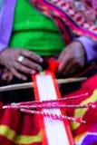 Tessitura tradizionale nelle montagne delle Ande, Perù della mano Immagine Stock