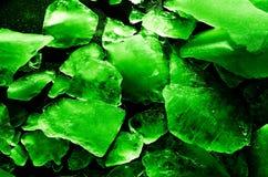 Tessons abstraits de texture de glace lumineux et de couleur verte juteuse modifiée la tonalité Macro surexposé photographie stock