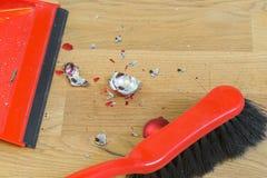 Tessons d'une boule cassée de Noël sur un plancher en bois Photo stock