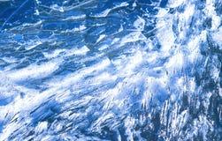 Tessons figés de glace entrant dans l'eau avec des bulles Photos libres de droits