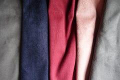 Tessuti artificiali grigi, blu, rossi, rosa della pelle scamosciata Fotografia Stock Libera da Diritti