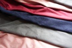 Tessuti artificiali rosa, grigi, blu, rossi della pelle scamosciata Fotografia Stock Libera da Diritti