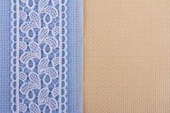 Tessuti per ricamo una traversa, un merletto ed i nastri Fotografie Stock