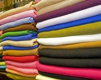 Tessuti su una stalla del mercato Immagini Stock