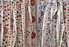 Tessuti tradizionali del ricamo di suzani dell'Uzbeco al bazar orientale Fotografia Stock Libera da Diritti