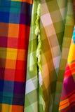 Tessuti variopinti al mercato di Otavalo nell'Ecuador Immagini Stock