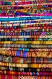 Tessuti variopinti al mercato di Otavalo nell'Ecuador Fotografia Stock Libera da Diritti