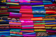 Tessuti variopinti al mercato di Otavalo nell'Ecuador Immagine Stock