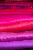 Tessuti variopinti al mercato di Otavalo nell'Ecuador Fotografia Stock