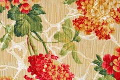 Tessuto beige, fiore rosso e verde della tappezzeria del fondo Fotografia Stock Libera da Diritti