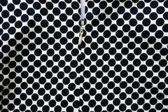 Tessuto in bianco e nero dei punti con il fondo della chiusura lampo fotografia stock