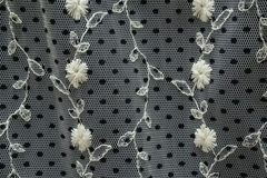 Tessuto in bianco e nero del pizzo con i fiori ed i pois ricamati Fotografie Stock