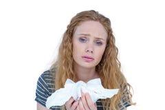 Tessuto biondo malato della carta della tenuta della donna Immagine Stock