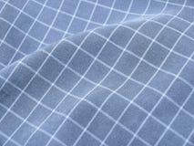 Tessuto blu checkered pieghettato immagini stock