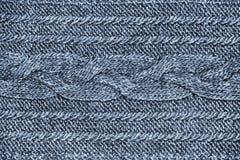 Tessuto blu dei lavori o indumenti a maglia con la treccia, struttura tricottata della lana del jersey grigio immagine stock libera da diritti
