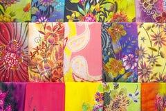 Tessuto colorato prodotto in serie in un mercato orientale tradizionale in Malesia Fotografia Stock