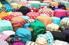 Tessuto Colourful sulla vendita ad un mercato della vendita all'ingrosso di Bangkok fotografia stock