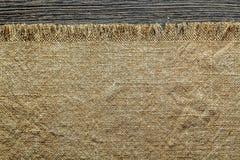 Tessuto d'annata di insaccamento sul bordo di legno fotografie stock libere da diritti