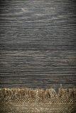 Tessuto d'annata di insaccamento sul bordo di legno immagini stock libere da diritti